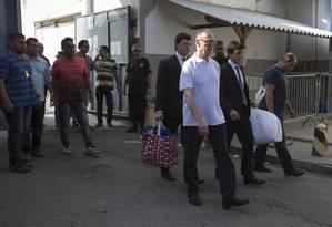 O ex-presidente do COB Carlos Arthur Nuzman saindo do Bepe em Benfica Foto: Alexandre Cassiano / Agência O Globo