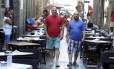 Afinados. Escritores e jurados do Estandarte de Ouro, Alberto Mussa e Luiz Antonio Simas caminham no Centro, em frente à Livraria Folha Seca, um dos points da dupla: Simas é vencedor do Prêmio Jabuti, e Mussa tem o Prêmio da ABL