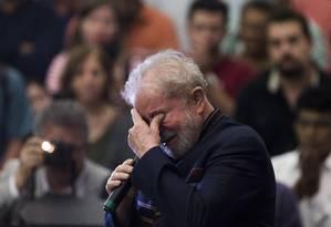 O ex-presidente Lula se emociona durante missa em homenagem à ex-primeira dama Maria Leticia, que morreu há um ano Foto: Edilson Dantas / Agência O Globo
