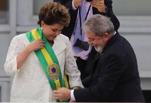 Lula passa a faixa presidencial para Dilma Rousseff, em 2011 Foto: André Coelho / Agência O Globo