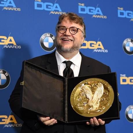 Guillermo Del Toro com o prêmio do DGA por 'A forma da água' Foto: ROBYN BECK / AFP