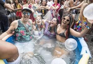 Grupo se refresca em 'piscinão' no bloco Fogo e Paixão Foto: Ana Branco / Agência O Globo