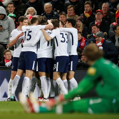 Jogadores do Tottenham comemoram o primeiro gol no empate com o Liverpool Foto: ANDREW YATES / REUTERS