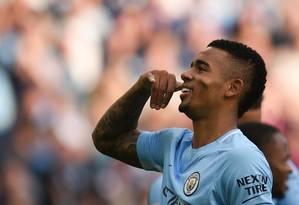 Gabriel Jesus comemora um dos gols marcados no City Foto: OLI SCARFF / AFP