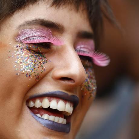 Purpurina nas maquiagens no bloco Céu na Terra, em Santa Teresa Foto: Pablo Jacob / Agência O Globo