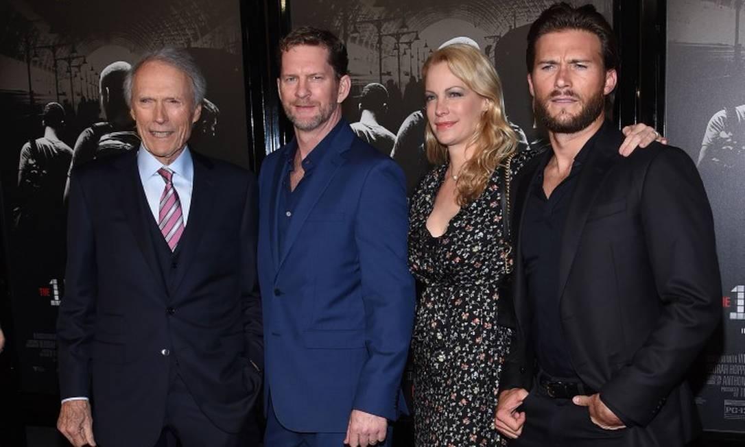 """Quanto talento existe nesta foto? Bastante, viu! Clint Eastwood reuniu os filhos (da esquerda para direita) na première de """"The 15:17 to Paris"""" em Los Angeles, na noite de segunda-feira. Na foto, Clint aparece seguido de Stacy Poitras (seu genro), seguido dos filhos Alison e Scott CHRIS DELMAS / AFP"""