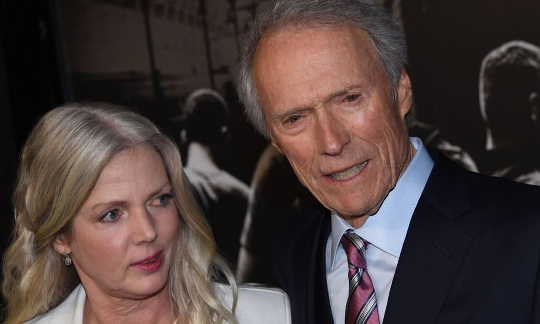Clint foi à estreia com a namorada, Christina Sandera CHRIS DELMAS / AFP