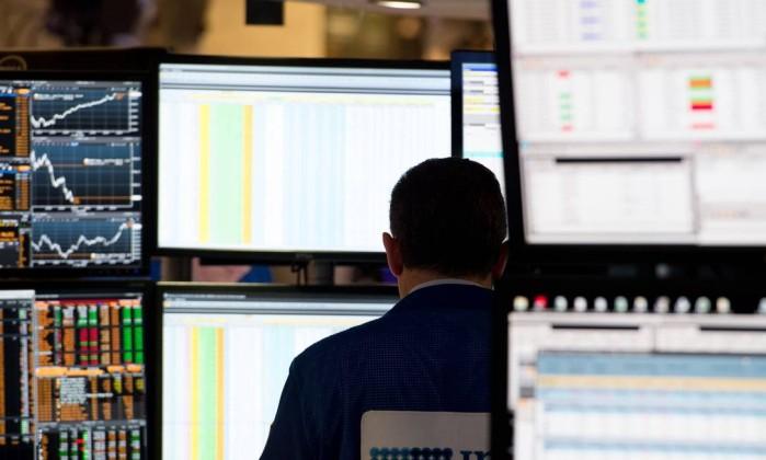 Ainda hesitante, Wall Street fecha em baixa
