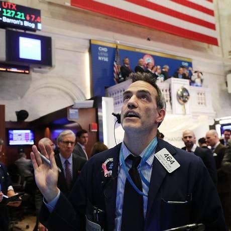 Operador acompanha variação do Dow Jones em 5 de fevereiro de 2018. Foto: Spencer Platt / AFP