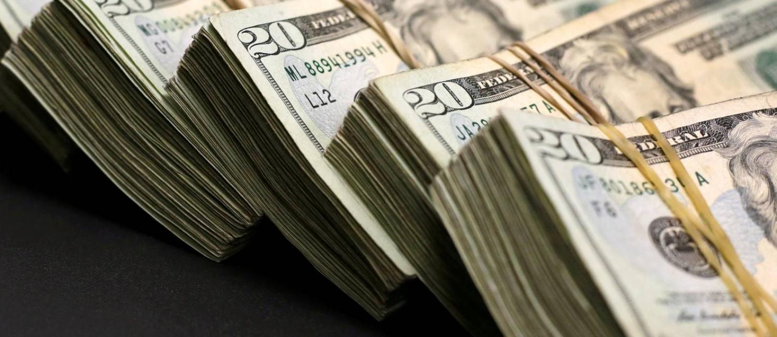 Instabilidade no mercado financeiro fez o dólar subir. Quem vai viajar deve seguir algumas dicas para não ter o orçamento prejudicado Foto: Jose Luis Gonzalez / REUTERS