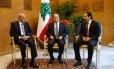 Presidente Michel Aoun (centro) se reúne com o premier Saad al-Hariri (direita) e o presidente do Parlamento, Nabih Berri, no palácio presidencial, em Baabda