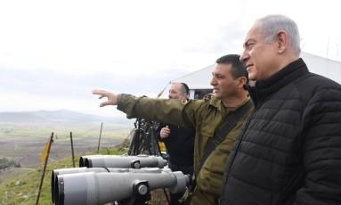 Com militares, Netanyahu observa fronteira demarcada nas Colinas de Golã Foto: Reprodução de Twitter / @netanyahu