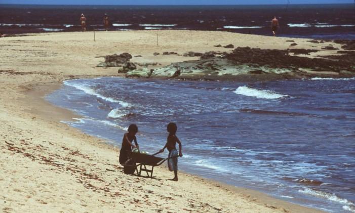 Crianças brincam na beira da praia na vila de Caraíva, na Bahia Foto: Antonella Kann / Crianças brincam na beira da praia na vila de Caraíva, na Bahia Divulgação