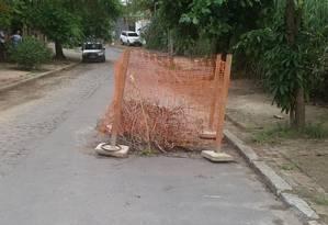 Técnicos da prefeitura isolaram buraco na última segunda Foto: foto do leitor rogério figueiredo