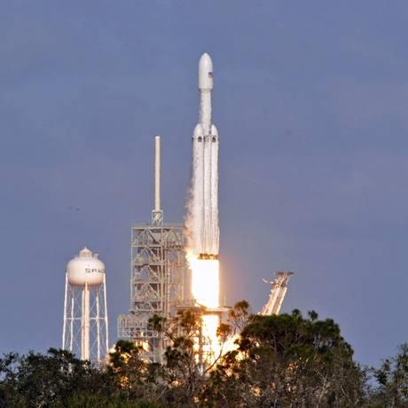 SpaceX Falcon Heavy é lançada no Cabo Canaveral, na Flórida Foto: BRUCE WEAVER / AFP