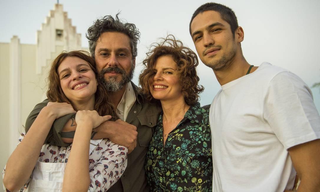 Pedro (Alexandre Nero), Aurora (Lara Tremouroux), Rosinete (Debora Bloch) e Hermano (Gabriel Leone) Divulgação/TV Globo