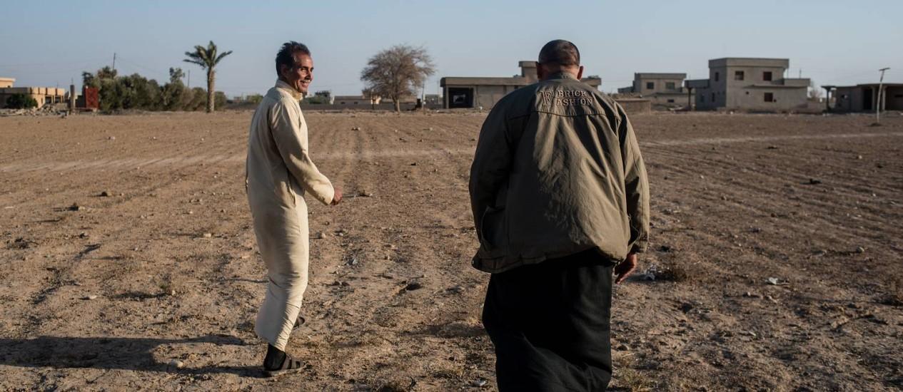 Terra arrasada. Iraquianos examinam uma fazenda da família em Ijhala. Agricultores temem que o solo não volte a produzir. Jihadistas queimaram petróleo e a usina de enxofre para tentar deter o avanço das tropas Foto: Alex Potter/The Washington Post