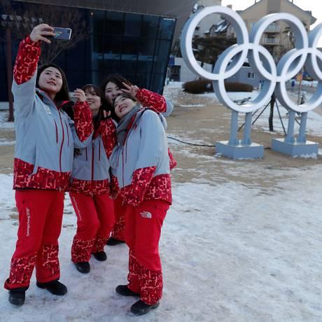 Voluntários fazem selfie em símbolo das Olimpíadas Foto: JORGE SILVA / REUTERS