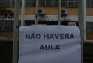 O cartaz avisa sobre a suspensão das aulas em escola na Cidade de Deus Foto: Fabiano Rocha / Agência O Globo