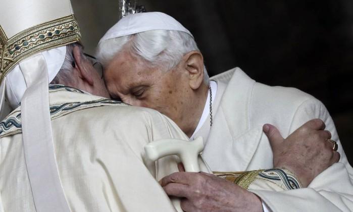 Vaticano desmente doença degenerativa paralisante de Bento XVI