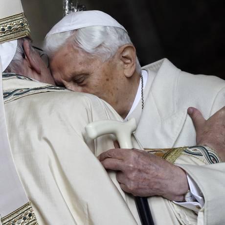 Papa Emérito Bento XVI abraça Papa Francisco no Vaticano Foto: Gregorio Borgia 08-12-2015 / AP