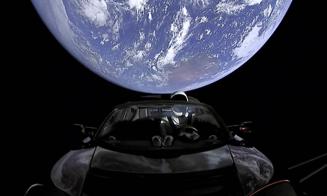 O Roadster da Tesla após o lançamento, com a Terra ao fundo Foto: AP