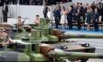 A primeira-dama da França, Brigitte Macron, o presidente francês, Emmanuel Macron, o presidente americano, Donald Trump, a primeira-dama dos Estados Unidos, Melania Trump e outros funcionários do governo francês participam do Dia da Bastilha, em Paris Foto: JOEL SAGET / AFP