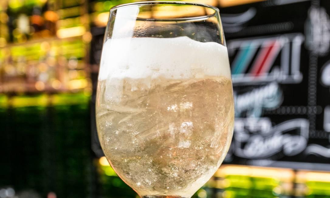 Stuzzi: O Friuli spritz (R$ 31) leva gim, soda de chardonnay, espumante e espuma de siciliano, uma das novidades do chef de bar Thiago Teixeira, que reformulou toda a carta para a nova casa da chef Paula Prandini. Rua Aires Saldanha 13, Copacabana (3796-9113). Foto: Divulgação/Tomas Rangel