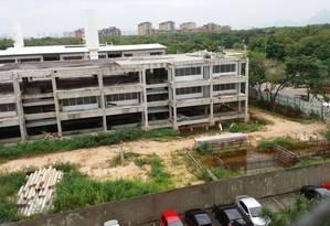 Terreno vazio de Escola do Amanhã acumula água em diferentes pontos Foto: Foto da leitora Gláucia Rocha