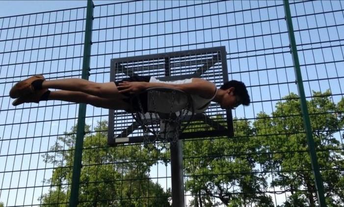 Desafio Planking, que já causou uma morte na Austrália, em 2011 Foto: Reprodução da internet