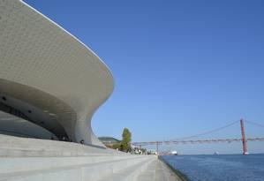 Azulejos dão efeito 3D à fachada do Museu de Arte Arquitetura e Tecnologia (Maat), de Lisboa Foto: Cristina Massari / Agência O Globo