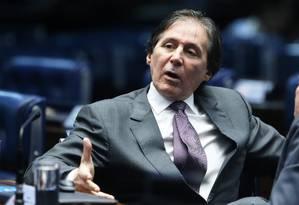 O presidente do Senado Federal, Eunício Oliveira (PMDB-CE), durante conversa com o colega Raimundo Lira (PMDB-PB) no plenário do Senado foto Foto: Ailton de Freitas / O Globo