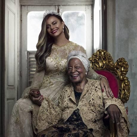 Viviane Araújo e Tia Maria do Jongo desfilam sua realeza em ensaio Foto: Pedro Dimitrow
