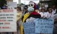 Pacientes protestam contra escassez de remédios em manifestação na capital, Caracas: governo venezuelano ignora cenário de crise na Saúde e rejeita clamor popular por ajuda humanitária estrangeira, dizem ativistas