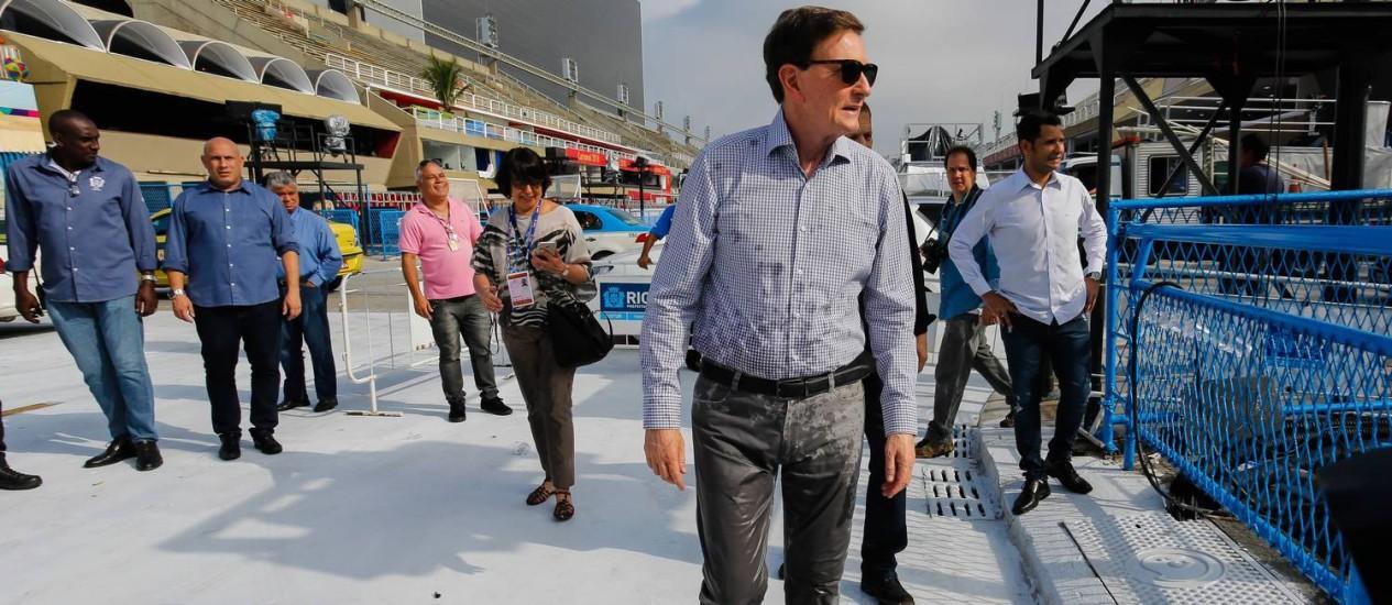 O prefeito Marcelo Crivella fica com a calça molhada após incidente com hidrante na Sapucaí Foto: Marcelo Régua / Agência O Globo