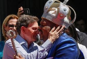 O prefeito Marcelo Crivella cumprimenta o Rei Momo durante a cerimônia de entrega da chave do carnaval Foto: Marcelo Régua / Agência O Globo