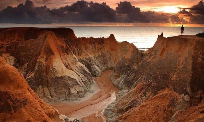 Formações rochosas da Praia do Morro Branco, em Beberibe, Ceará Foto: Embratur/Divulgação