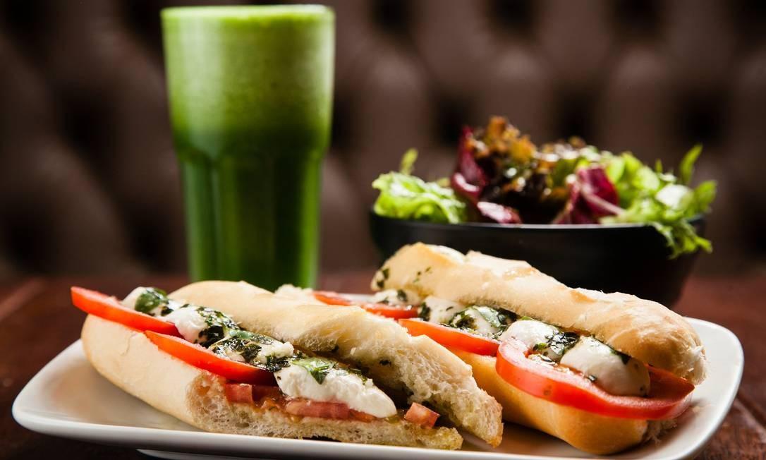 Lanches rápidos e nutritivos para reuperar o vigor nos dias pós-folia são a aposta da Le Dépanneur, como o sanduíche bonjour Quebec, com mussarela de búfala, tomate, manjericão e molho pesto (R$ 29,90). Acompanha salada e para beber, suco verde (R$ 9,90) com couve, maçã, gengibre, limão e salsão. Avenida Afrânio de Melo 290 (2512-6961). Seg a sáb, das 8h30m às 23h. Dom e feriados, das 8h às 22h. Foto: Rodrigo Costel / Divulgação
