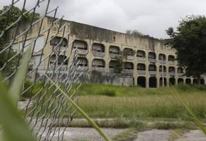 Deterioração. Ciep na Travessa Luís de Matos, no Cubango: fechado há seis anos sem qualquer ação de conservação Foto: Fábio Guimarães / Agência O Globo