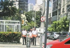 Agentes do Niterói Mais Segura patrulham a Rua Capitão Zeferino Foto: Fernanda Freitas / Agência O Globo