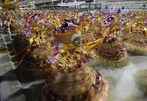 As baianas da Estácio de Sá, última escola a passar pela avenida na abertura dos desfiles da Série A Foto: Pedro Teixeira / Agência O Globo