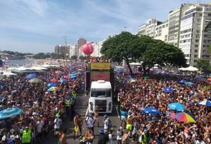 Copacabana recebe milhares de foliões no tradicional Bloco da Favorita Foto: Camila Zarur