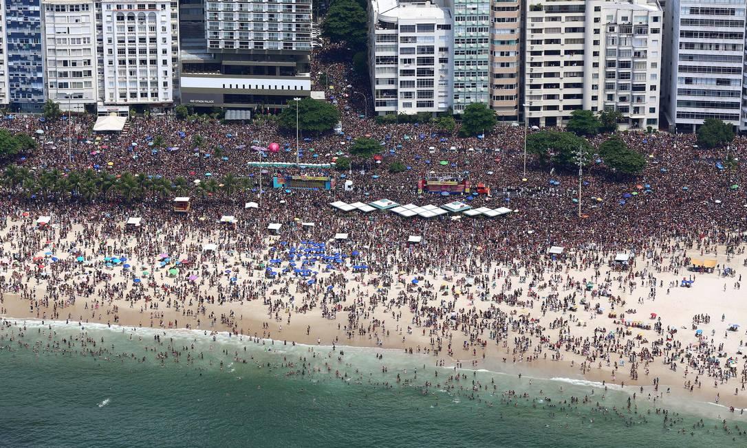 Multidão toma Copacabana no Bloco da Favorita Foto: Fernando Maia / Fernando Maia