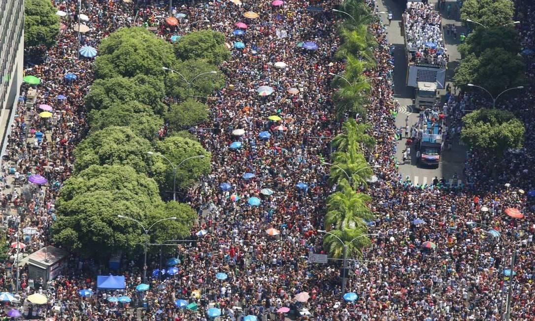 Vista aérea da passagem do Cordão da Bola Preta pelo Centro do Rio Foto: DivulgaçãoFernano Maia