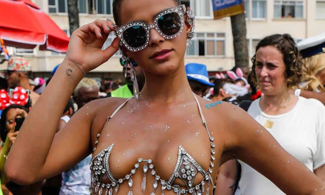 A musa do Bloco da Favorita, Bruna Marquezine usou fantasia ousada para o desfile Foto: Marcelo Regua / Agência O Globo