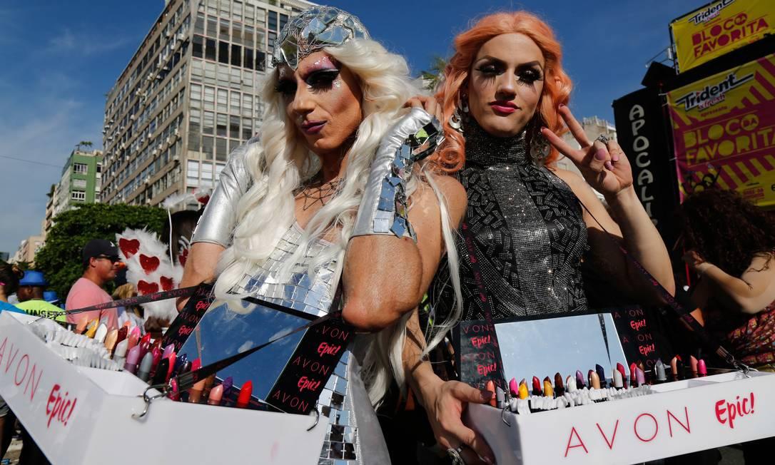 Drag queens circulavam pela área dos famosos com batons Foto: Marcelo Regua / Agência O Globo