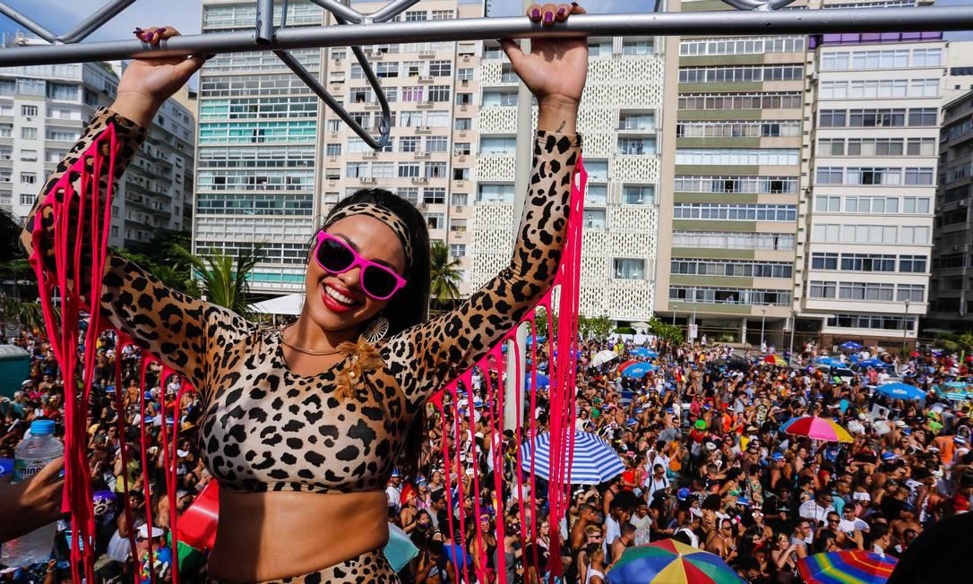 Bloco da Favorita, em Copacabana, atraiu centenas de milhares para Avenida Atlântica Foto: Marcelo Regua / Agência O Globo