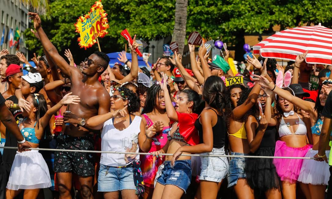 Público curte o funk no Bloco da Favorita, em Copacabana Foto: Marcelo Regua / Agência O Globo
