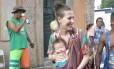 Mãe leva o filho bebê no sling durante desfile do bloco Céu na Terra Foto: Felipe Grinberg / Agencia O Globo