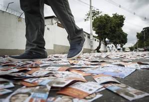 Panfletos durante as eleições de 2016: risco da volta de candidatos escolhidos pelo crime organizado Foto: Daniel Marenco/3-10-2016